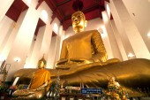 The famous large sitting Buddha in Thai Temple. — Stock Photo