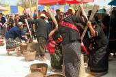 Phutai minority woman pounding rice. — Stock Photo