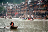 People paddle on the river every day in Fenghuang ancient city. — Stock Photo