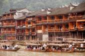 Tourists relax, take a boat trip on the river in Fenghuang ancie — Stock Photo