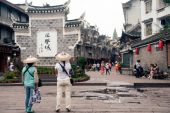 Cestovatel v starověké město Fenghuang. — Stock fotografie