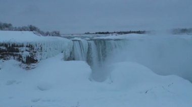 Horseshoe Falls covered in Ice with Sound — Stockvideo