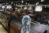 Railyard llenado de trenes antiguos — Foto de Stock