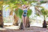 Beautiful sensual girl posing in the summer, palm tree — Stock Photo