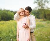 The man closed his eyes a woman, making a surprise ring, engagem — Stock Photo