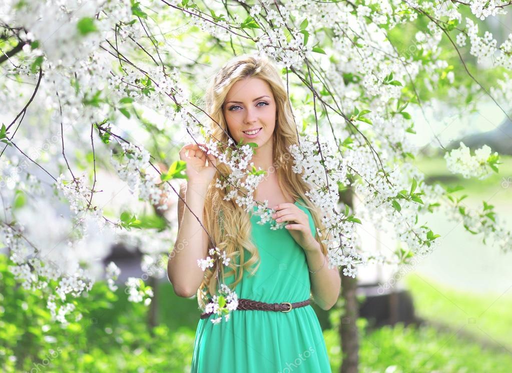 fotos de um jardim florido em um dia de primavera no jardim florido