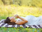 Pregnant woman resting in summer day — Stock Photo