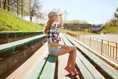 Mooie vrouw poseren in stedelijke stijl, straat mode — Stockfoto