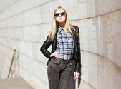 Stylish girl model posing in the city — Stock Photo