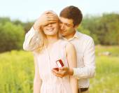 Boyfriend closed his eyes a girl, making a surprise ring, romanc — Stock Photo