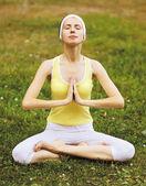 Yoga, meditar, relaxar - conceito, mulher na grama fazendo exer — Fotografia Stock
