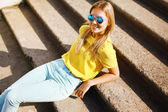 Fashion portrait pretty smiling woman in sunglasses posing in ur — Stock Photo