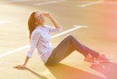Street fashion, pretty woman enjoying summer having fun in the c — Stock Photo