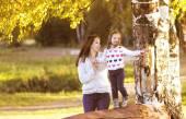 Mère et enfant se promène dans le jour de l'automne — Photo