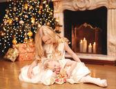 Christmas, celebration, holiday, xmas concept -  little girl giv — Foto Stock