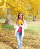 Hermosa chica en el parque otoño — Foto de Stock