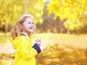 Retrato criança positiva se divertindo ao ar livre no outono par — Fotografia Stock