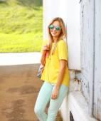 Concetto di estate, moda e persone - piuttosto elegante sorridente woma — Foto Stock