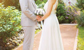 Beautiful wedding couple, bride and groom on the nature in sunny — Foto Stock