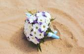 Wedding bridal bouquet on the beach — Stock Photo