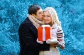 Conceito de Natal e pessoas - homem feliz dando um presente de caixa e k — Fotografia Stock