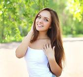 Portrait en plein air de jolie jeune fille en journée d'été ensoleillée — Photo