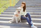 Happy labrador retriever dog and owner woman together in the cit — Stock Photo