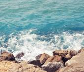 Sea, wave with foam and rocks, abstract travel photo background — Stock Photo