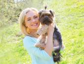 Sunny portrait of happy young woman owner with yorkshire terrier — Stock Photo