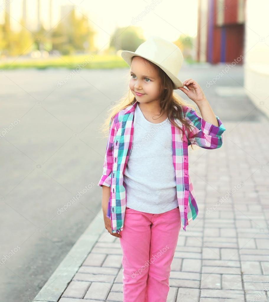 маленькие девочки Красивые маленькие девочки носить розовые клетчатые рубашки и h – Стоковое  изображение