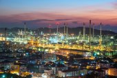 Refinery with the City — Stockfoto