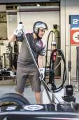 Sauber F1 Team. Mechanic with Jack in the car. — Stock Photo