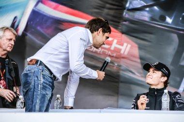 The autograph of cessie. Vitaly Petrov interviews Nico Rosberg .