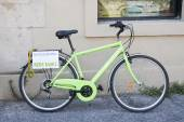 Green bicycle for rent against the wall — 图库照片