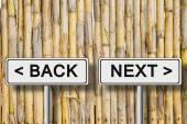 Слова «Назад и далее» написано на дорожный знак против забор — Стоковое фото