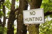 No hunting sign indicating in the countryside — Foto de Stock