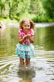 Adorable dziewczyna w rzece w słoneczny dzień — Zdjęcie stockowe