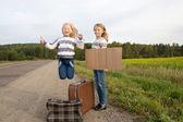 Deux filles avec commandes de valise sur route — Photo
