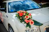 Vintage Wedding Car Decorated with Flowers. — Stock Photo