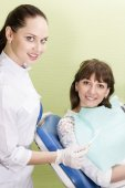 Dentist offers the patient a toothbrush — Stock Photo