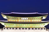 Gwanghwamun main gate at night in Seoul, South Korea  — Stock Photo