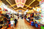 people who are shopping at Ben Thanh Market — Stock Photo