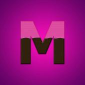 м шоколадные конфеты письма, изолированные на розовом фоне — Стоковое фото