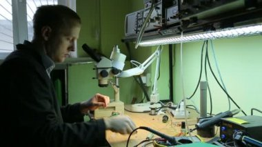 Scientist in laboratory parses the device — Vídeo de Stock