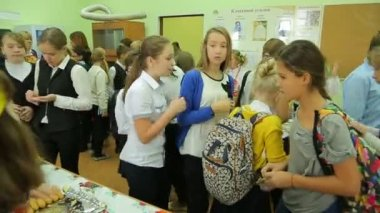 Charity fair, crowd of students chooses products — Stock Video