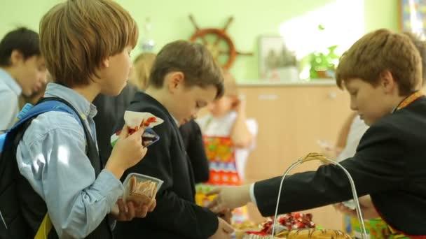 Charity fair, buyer eats cake — Vidéo