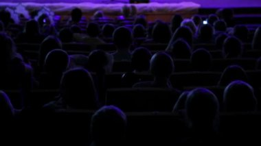 The contours of heads of the audience in the hall — Stock Video