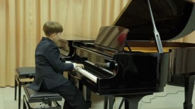 Boy playing the grand piano — Stock Video