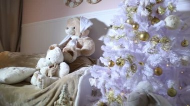 Christmas tree, sofa, soft toys in the room — Vídeo de stock