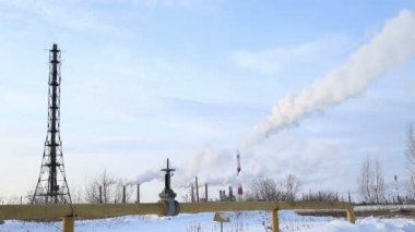 Large valve of the gas pipe, the smoke comes from the chimneys, timelaps — Stock Video